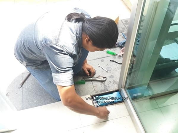 ร้านนิพนธ์อลูมิเนียม บริการรับออกแบบติดตั้งรับเปลี่ยนโช๊คประตูบานสวิง รับเปลี่ยนโช๊คประตูกระจกบานเปลือย ติดตั้งซ่อมประตูหน้าต่างกระจกอลูมิเนียม ประตูสวิงประตูบานเปลือย บานเลื่อน  รับเหมาติดตั้งซ่อมรื้อย้ายกระจกอลูมิเนียมประตู หน้าต่างบานเลื่อน ประตูสวิง